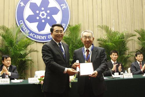 Shin-ichi Kurokawa receives the 2011 award for International Scientific Cooperation from the Chinese Academy of Sciences. Image: CAS