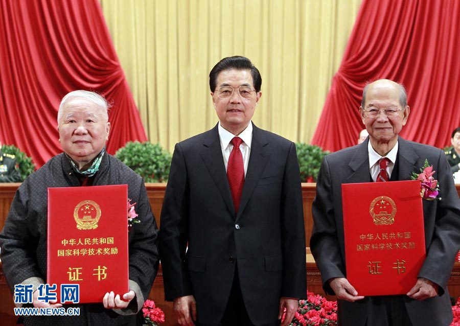 Architect Liangyong Wu (left) and physicist Jialin Xie (right) were awarded the State Top Scientific and Technological Award by President Jintao Hu (middle) in 2012. Image: www.news.cn