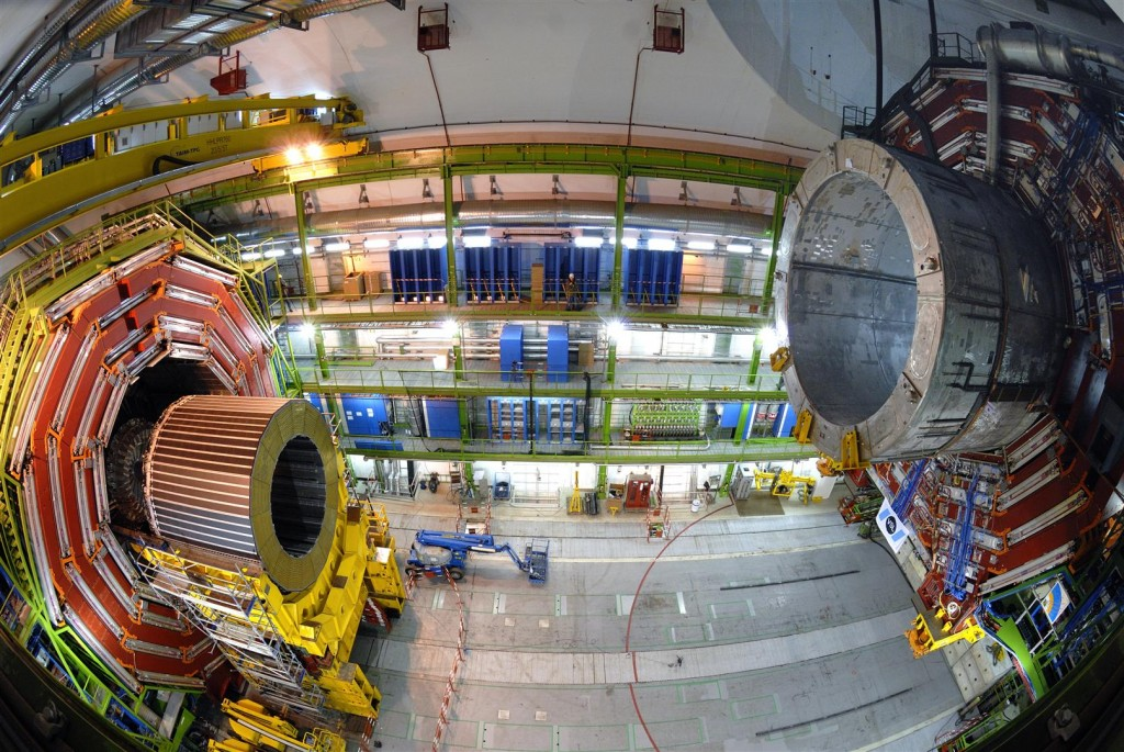 Lowering of the CMS parts into the experimental cavern. The ILC detectors are of similar size. Image: CERN