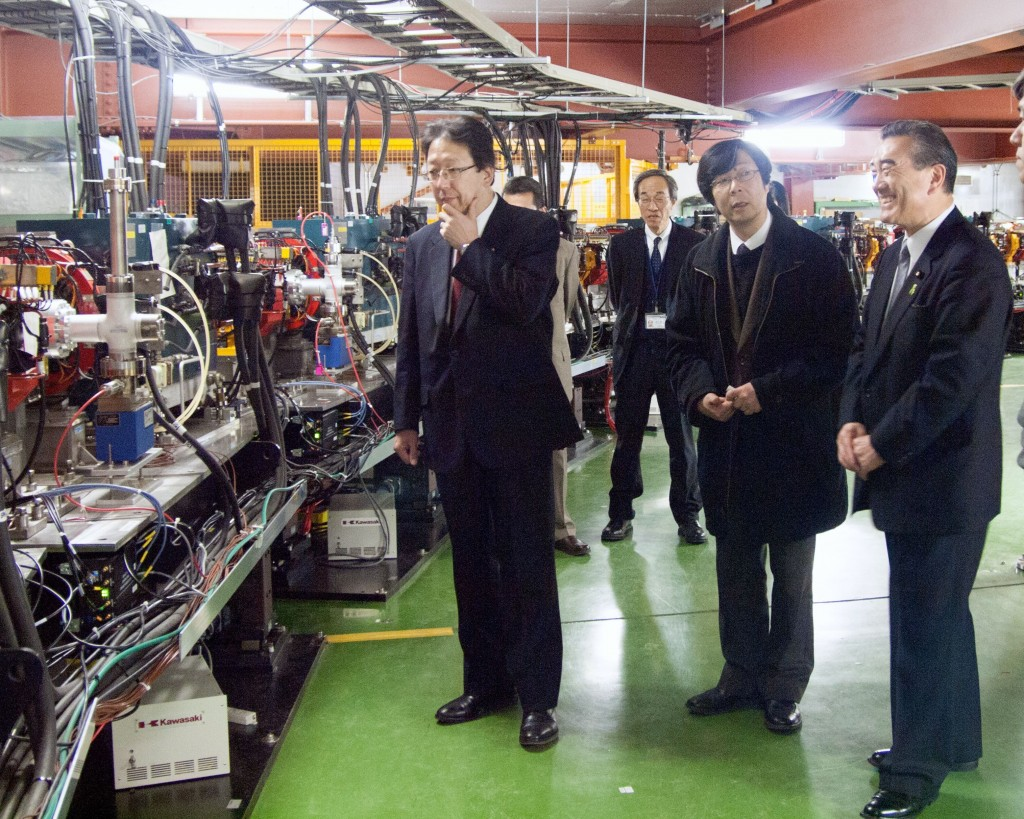 Minoru Kawasaki (left) and Ryo Syuhama (right) visited KEK on 4 March, listening to the explanation by KEK scientist Junpei Fujimoto (middle).